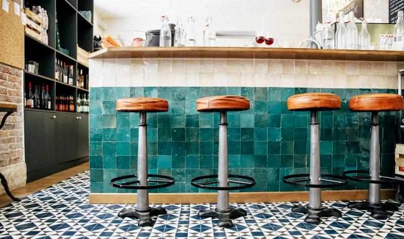 Барная стойка из плитки на кухне