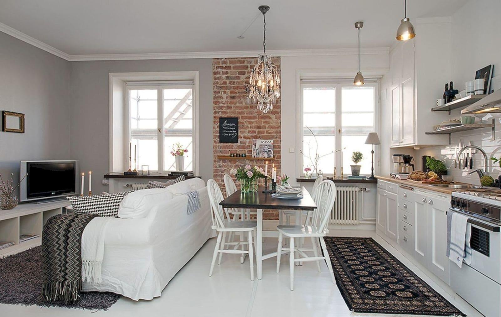 Два окна в кухне-гостиной
