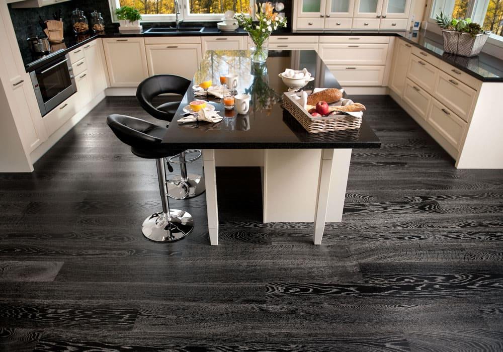 Темная плитка в кухне-гостиной