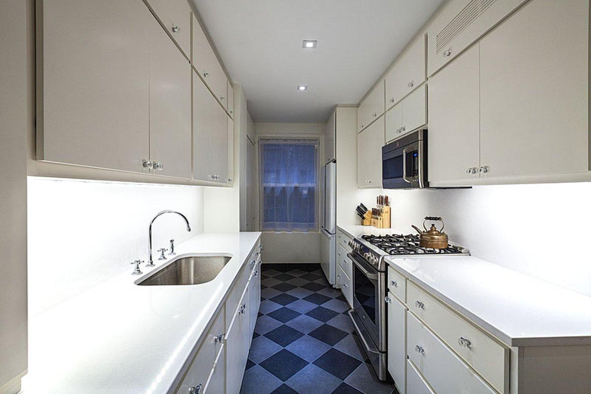 Диагональная плитка для узкой кухни