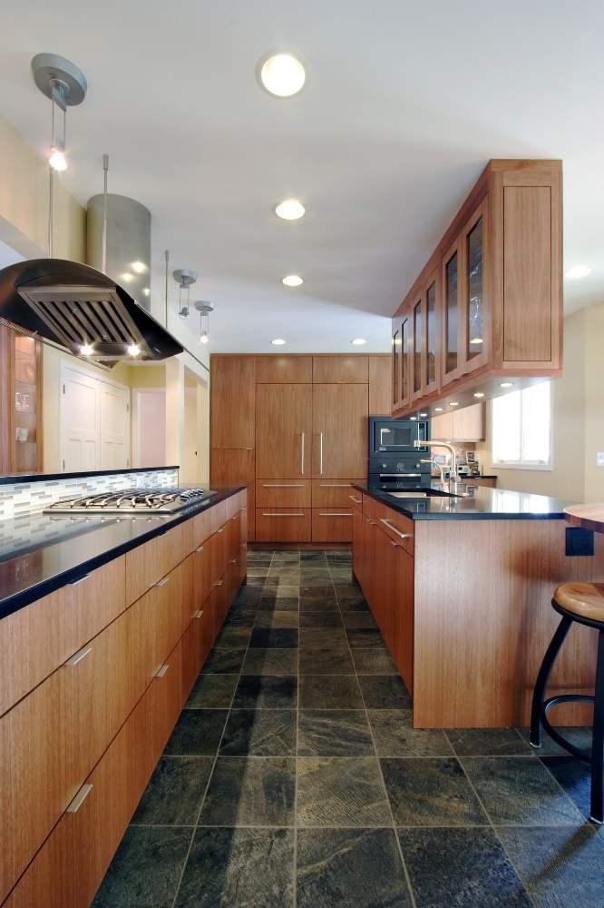 натяжной потолок в узкой кухне