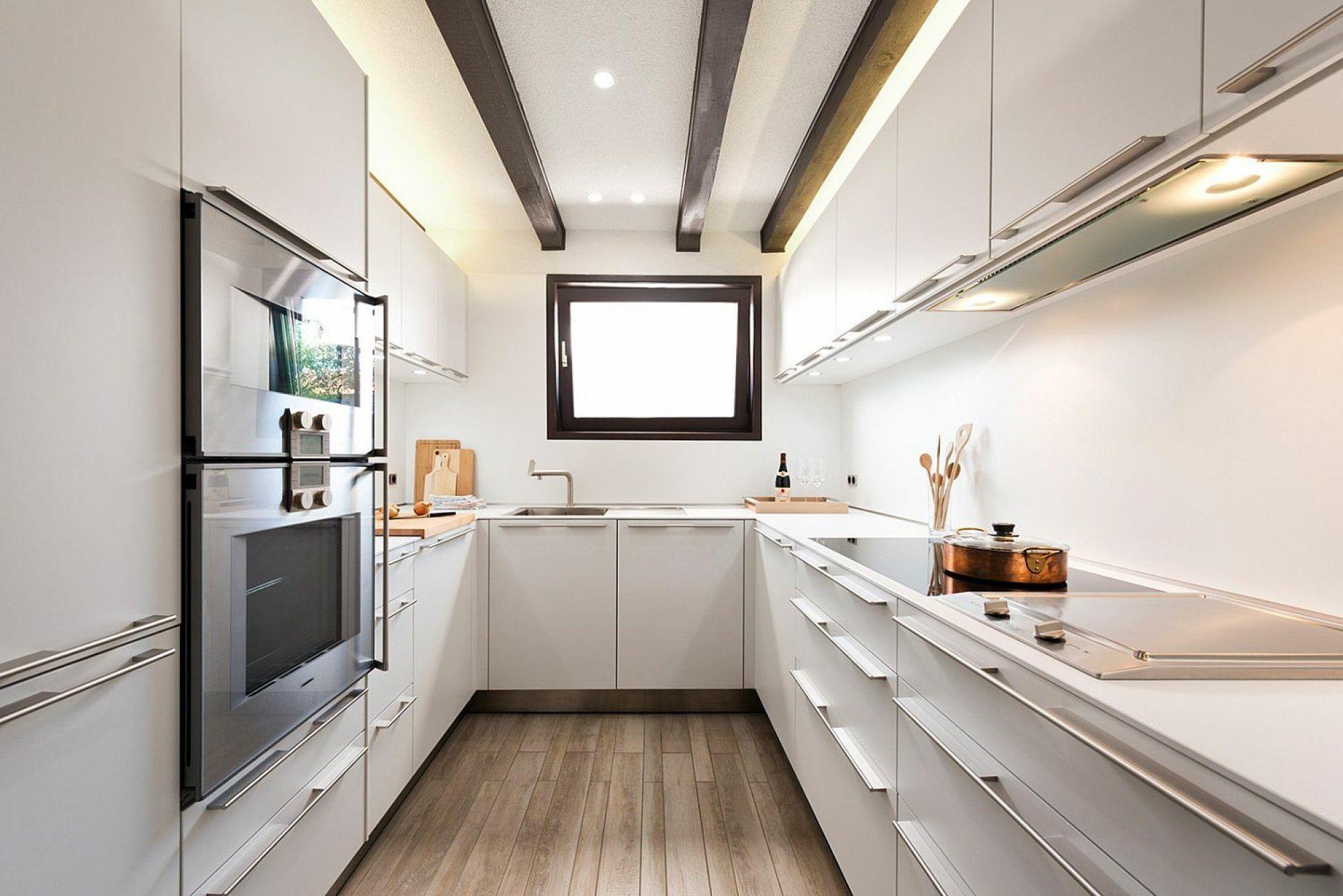 Светлая длинная и узкая кухня