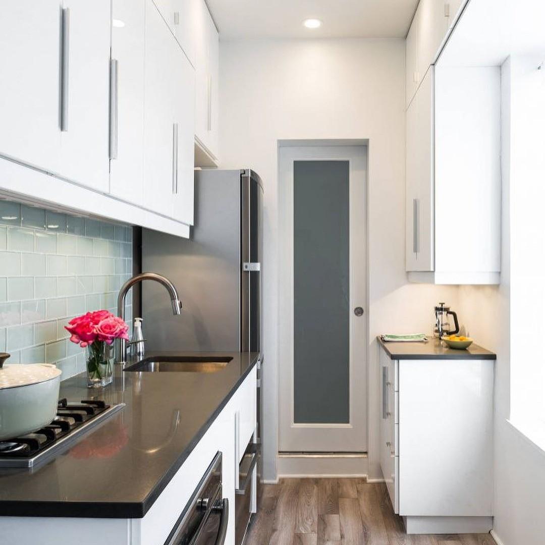 Шкафы во всю высоту на узкой кухне