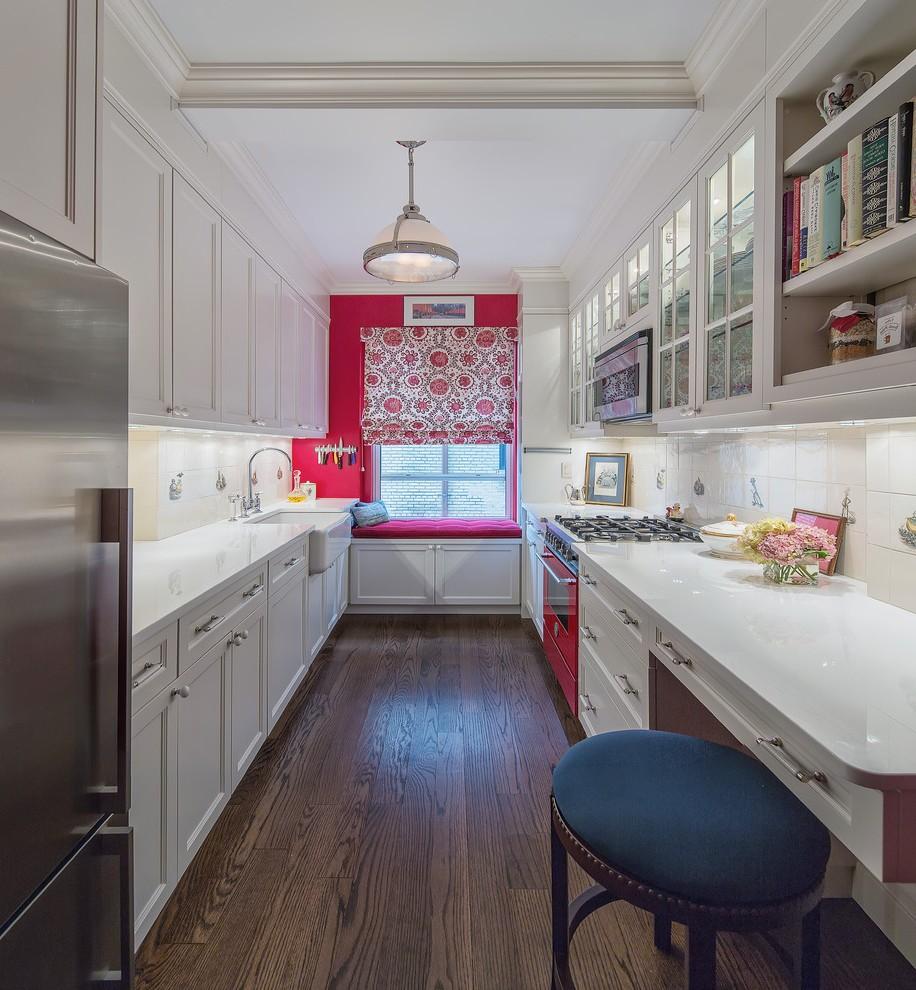 Узкая кухня с окном