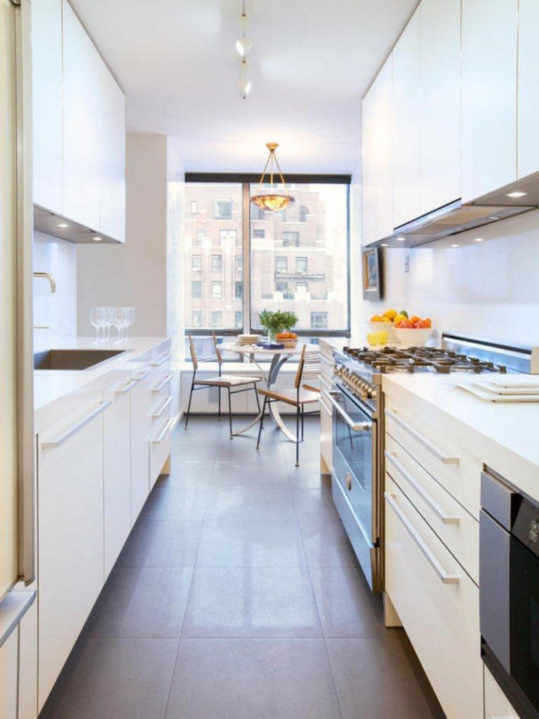 Белые фасады для длинной и узкой кухни