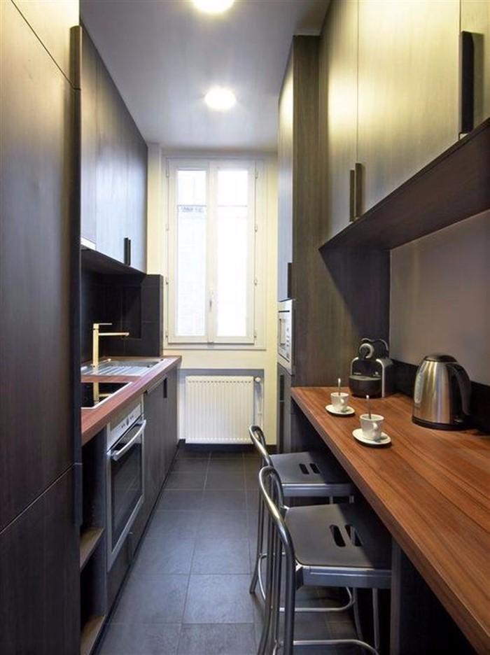 Маленькое окно на длинной узкой кухне