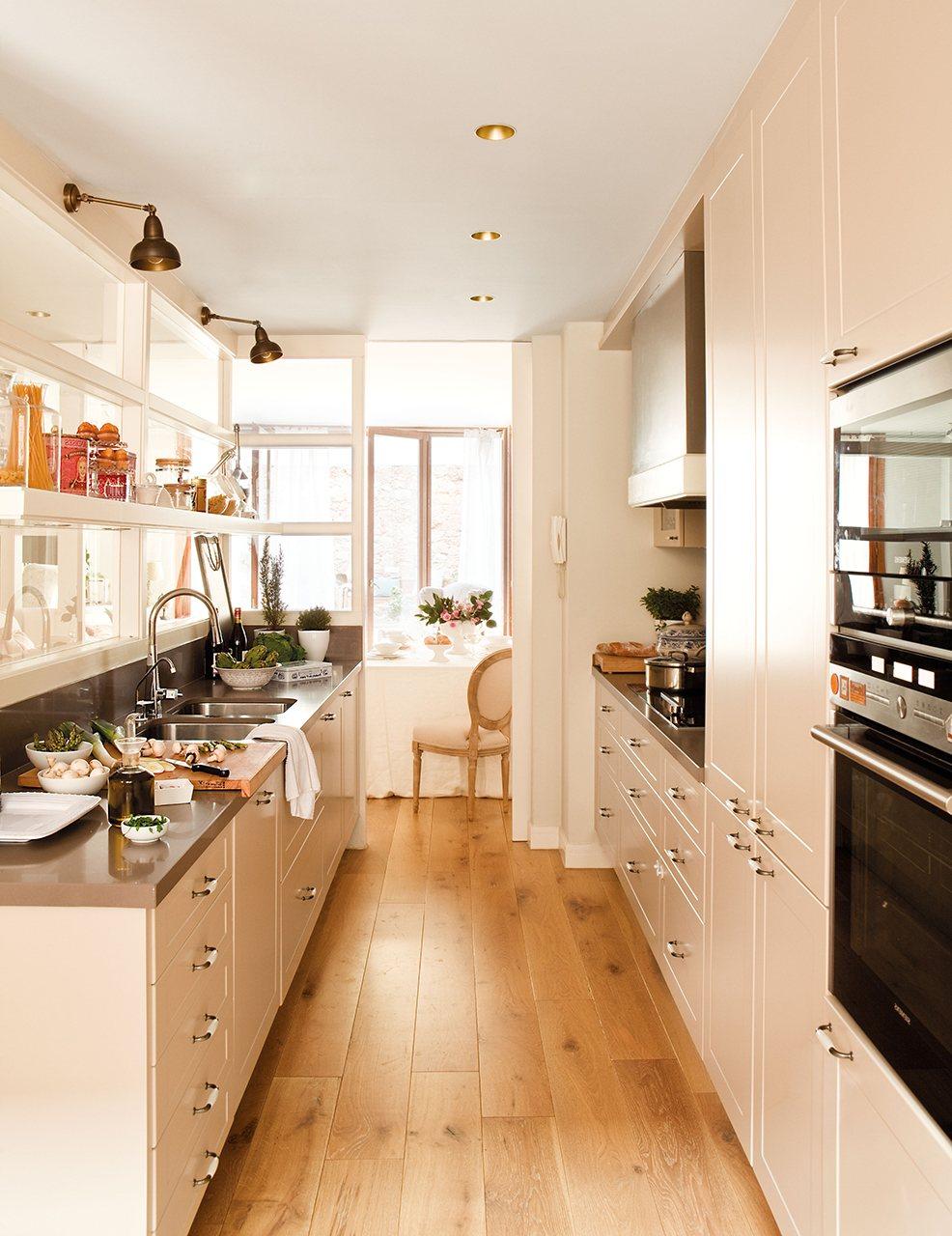 Очень светлая узкая кухня