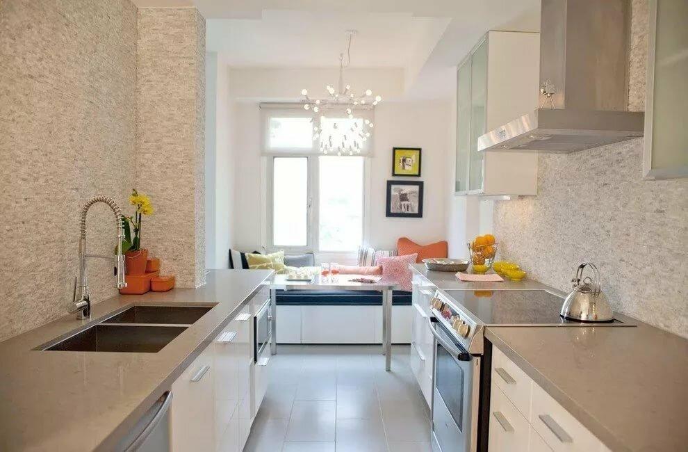 Кремовая длинная и узкая кухня