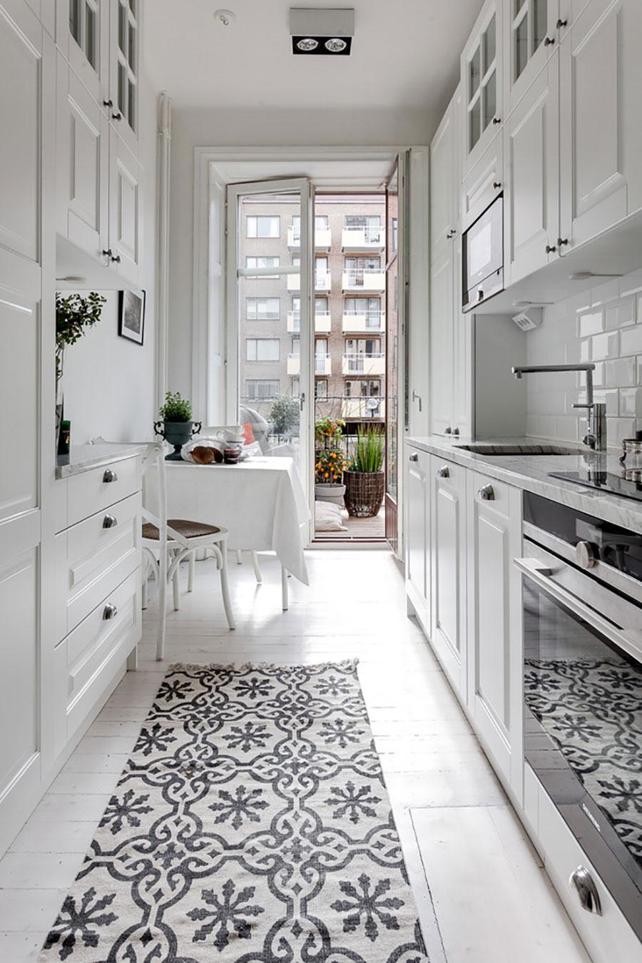 Балкон на маленькой узкой кухне