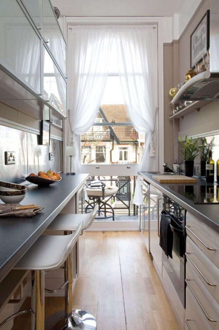 Стол на балконе в маленькой кухне