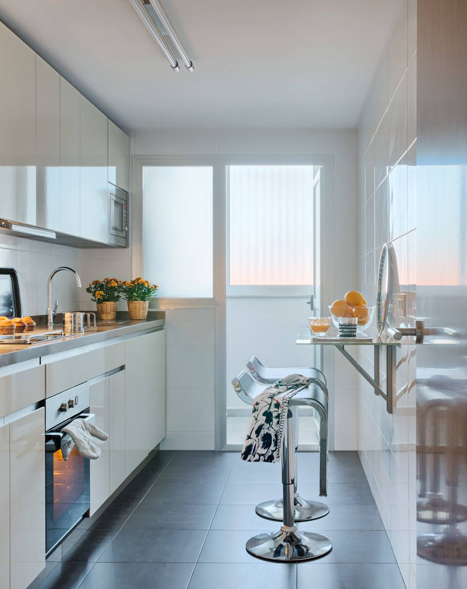 Балкон в маленькой узкой кухне