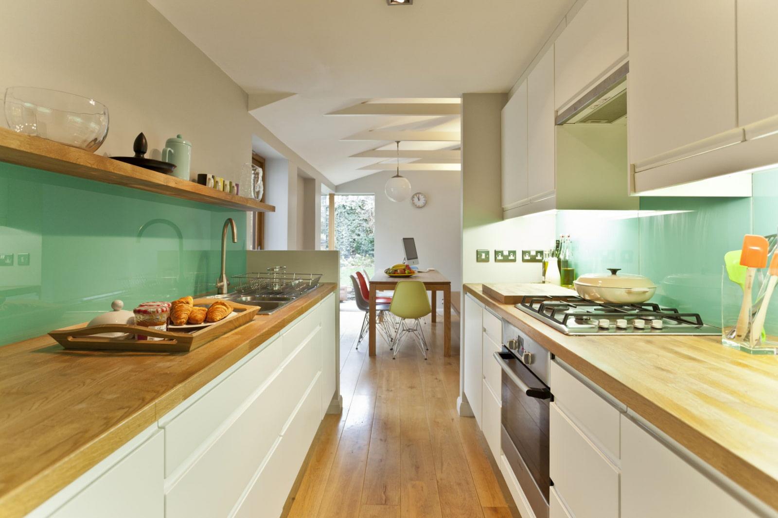 длинная и узкая кухня белая с деревянной столешницей
