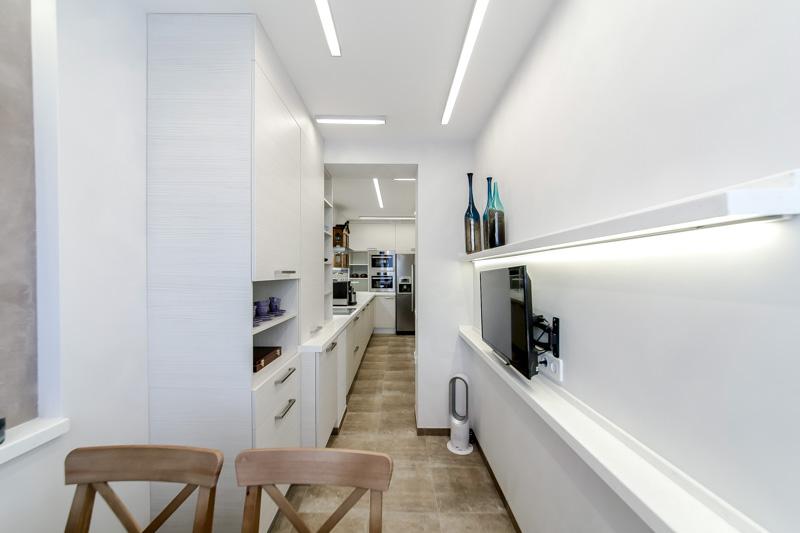 Узкая и длинная кухня-гостиная