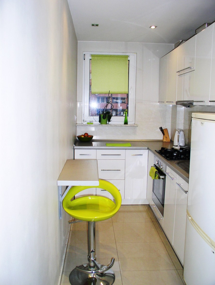 Небольшой стол узкая кухня