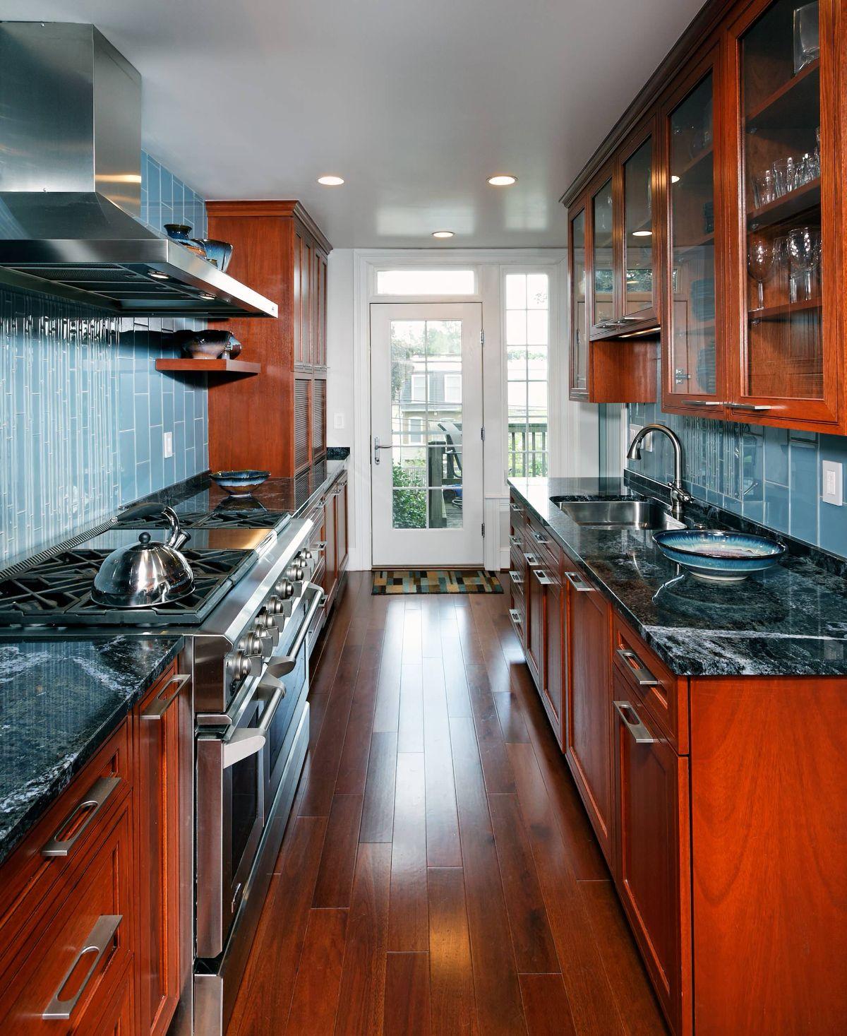 Узкая кухня по двум стенам
