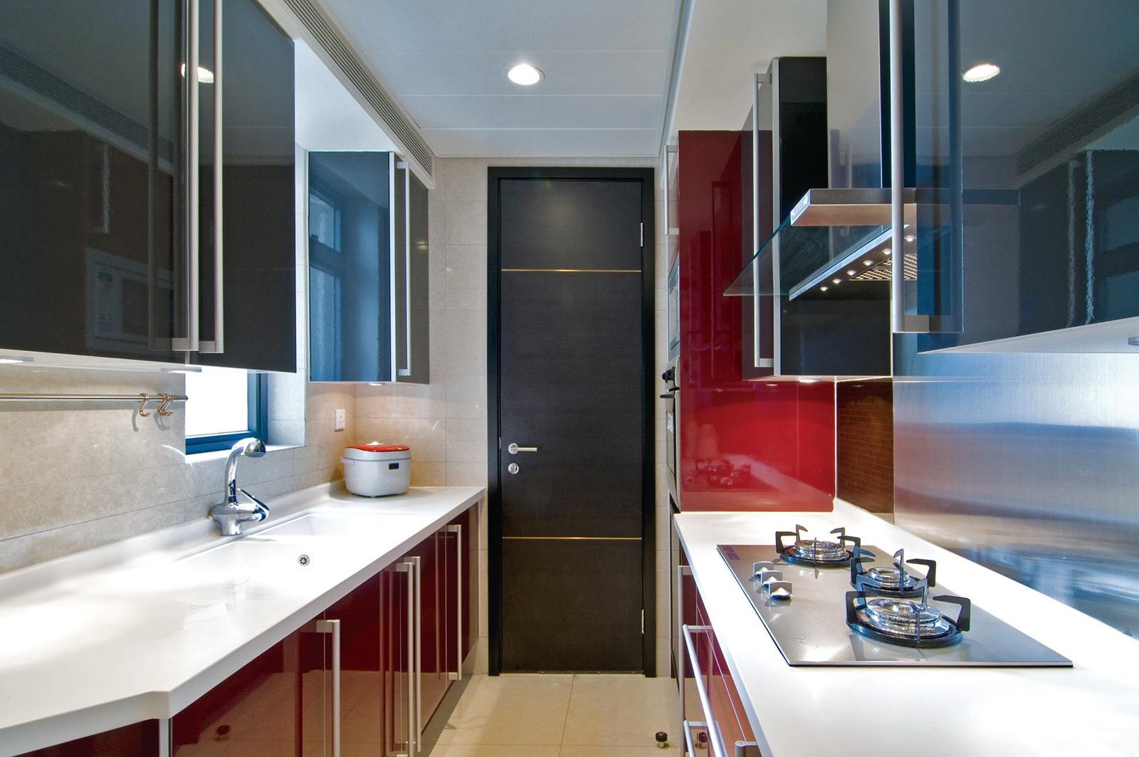 яркие фасады для узкой кухни