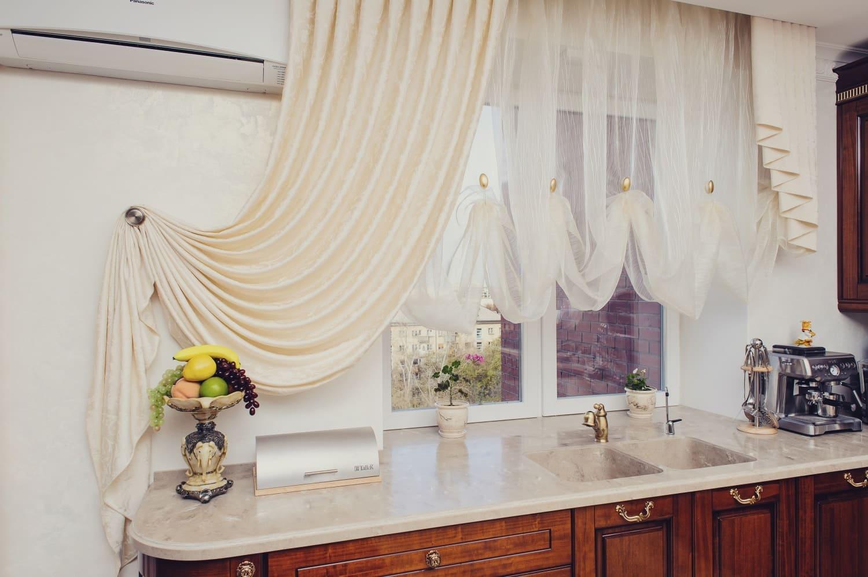 Драпировка кухонного окна тюлем