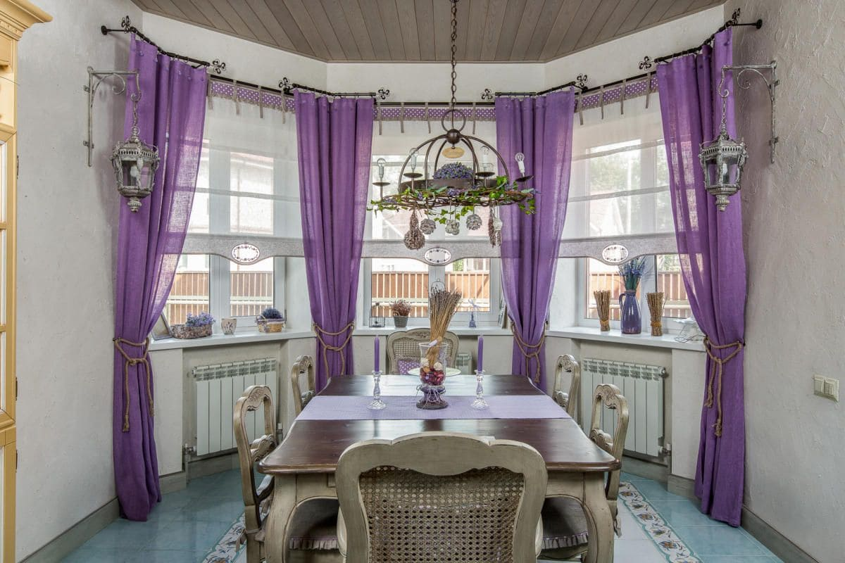 Фиолетовые шторы в гостиной и на кухне
