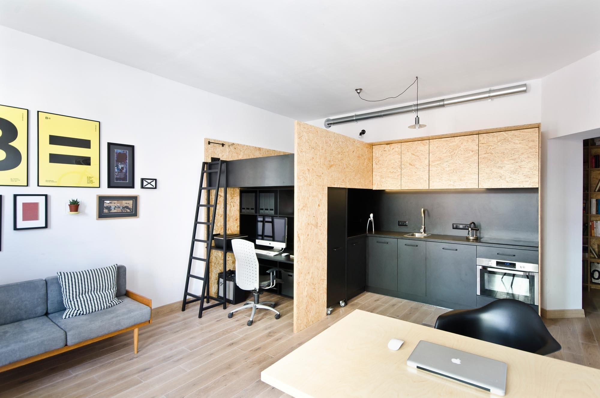 кухня-спальня с высокими потолками
