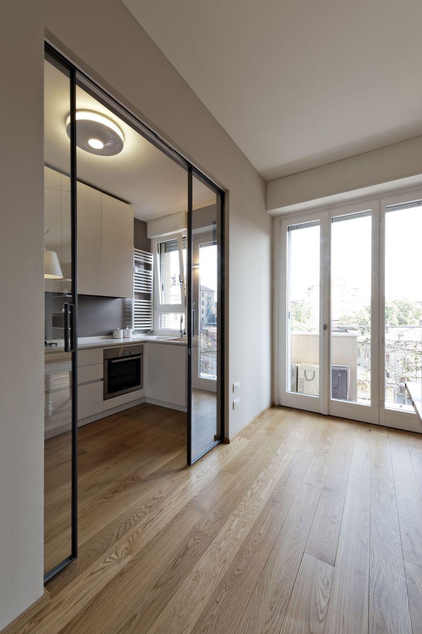 высокая дверь для разделения спальни и кухни
