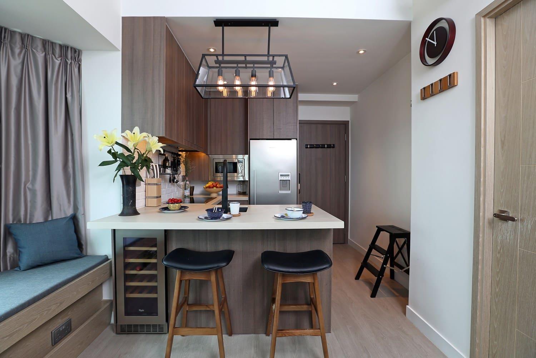 светильники над барной стойкой в кухне-спальне