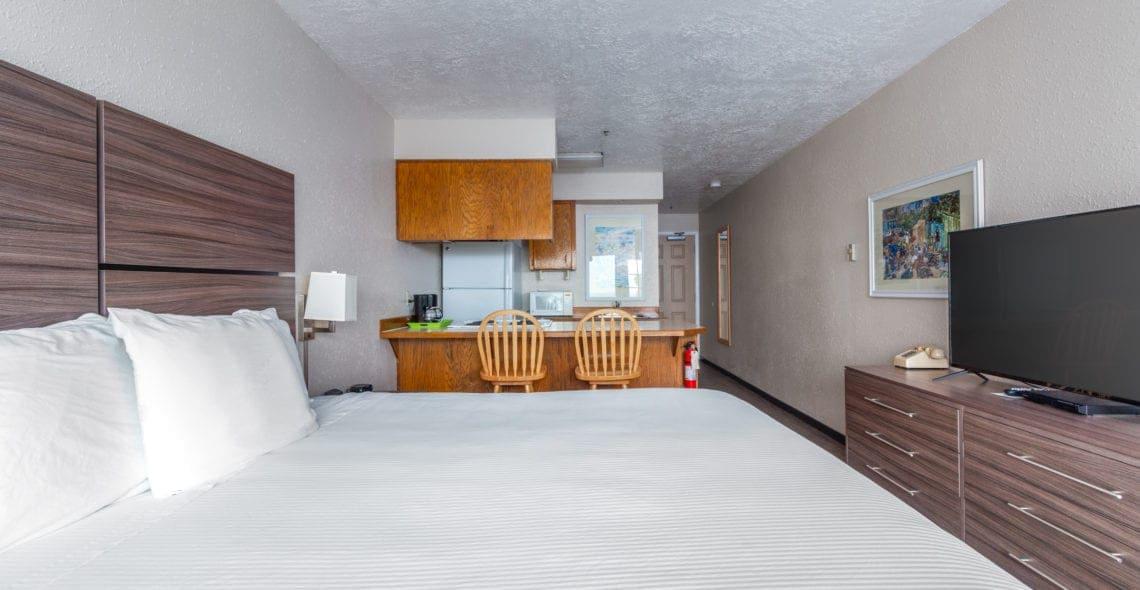 текстиль на кровати в кухне-спальне