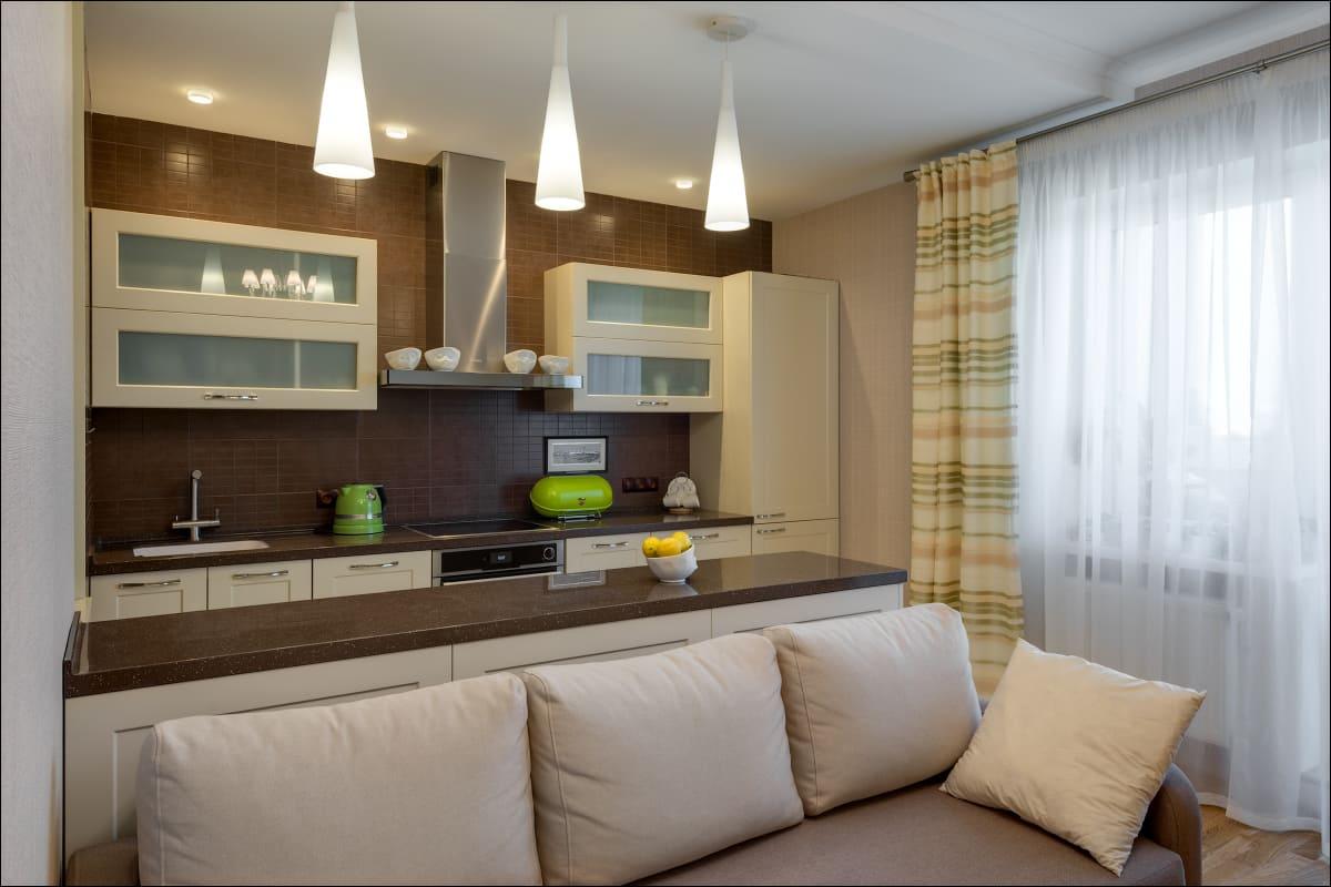 диван-кровать в большой кухне совмещенной со спальней