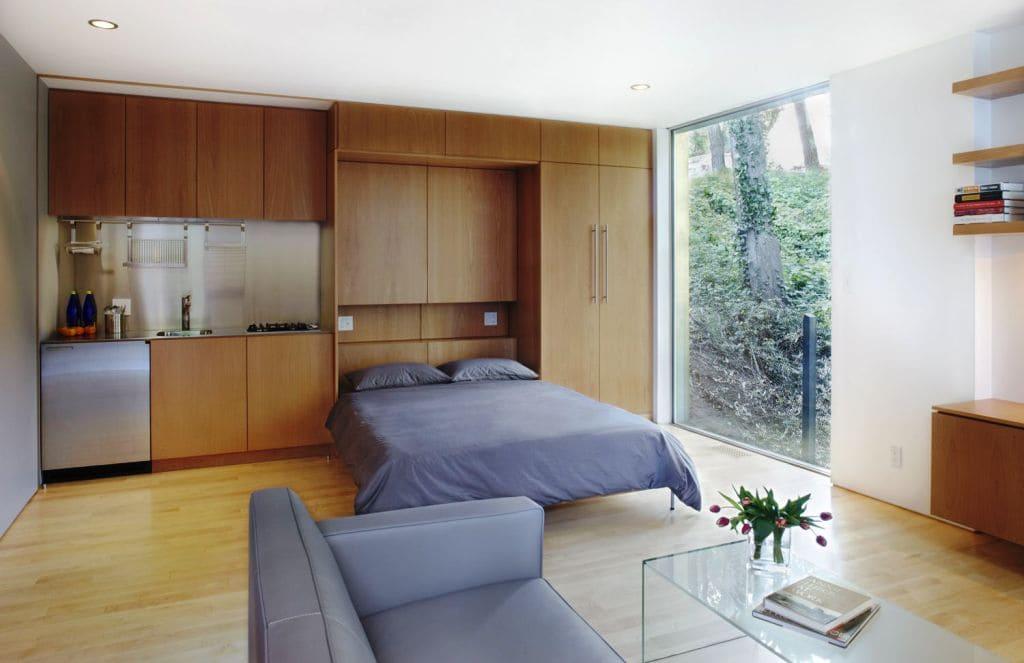 большая кровать в кухне совмещенной со спальней