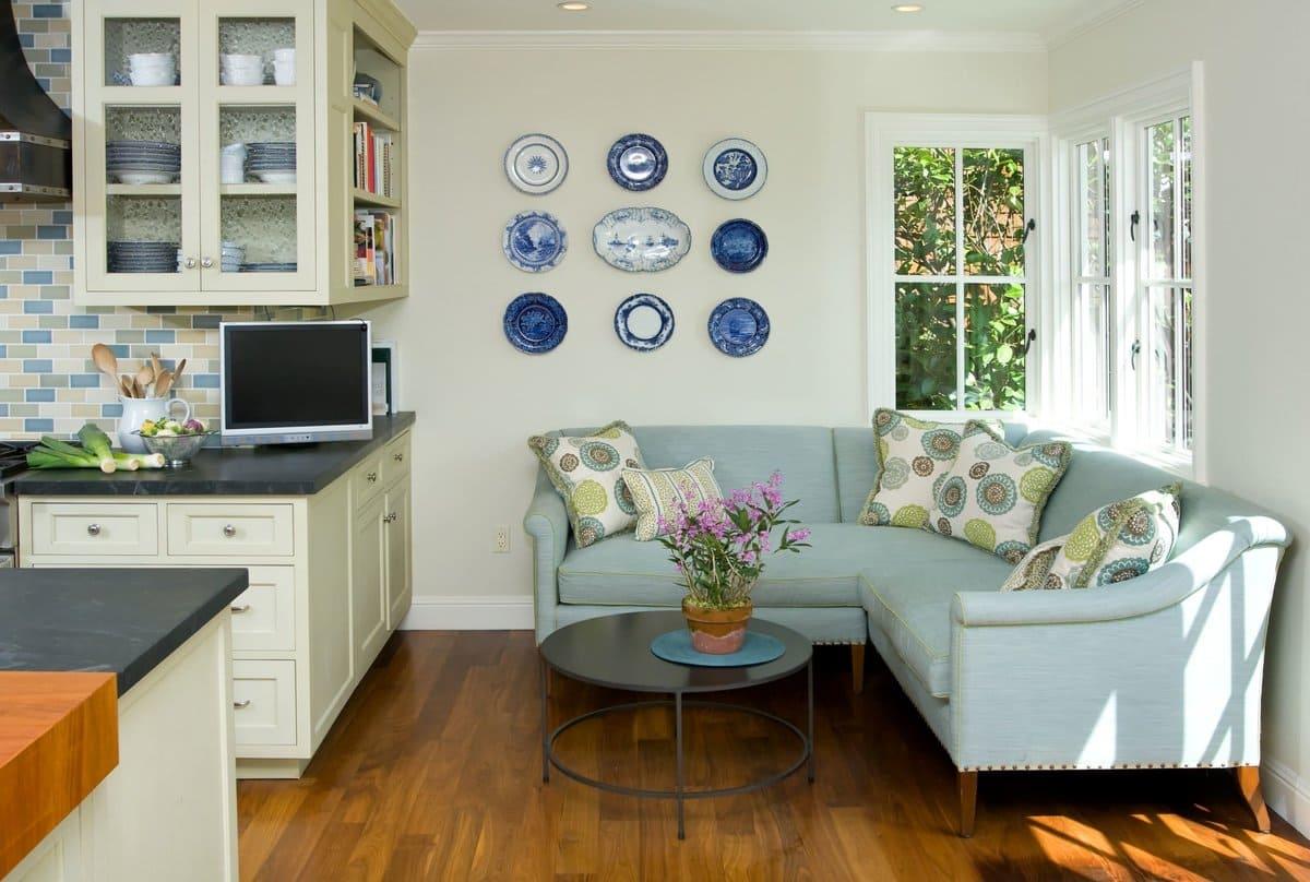мягкий угловой диван в кухне-спальне