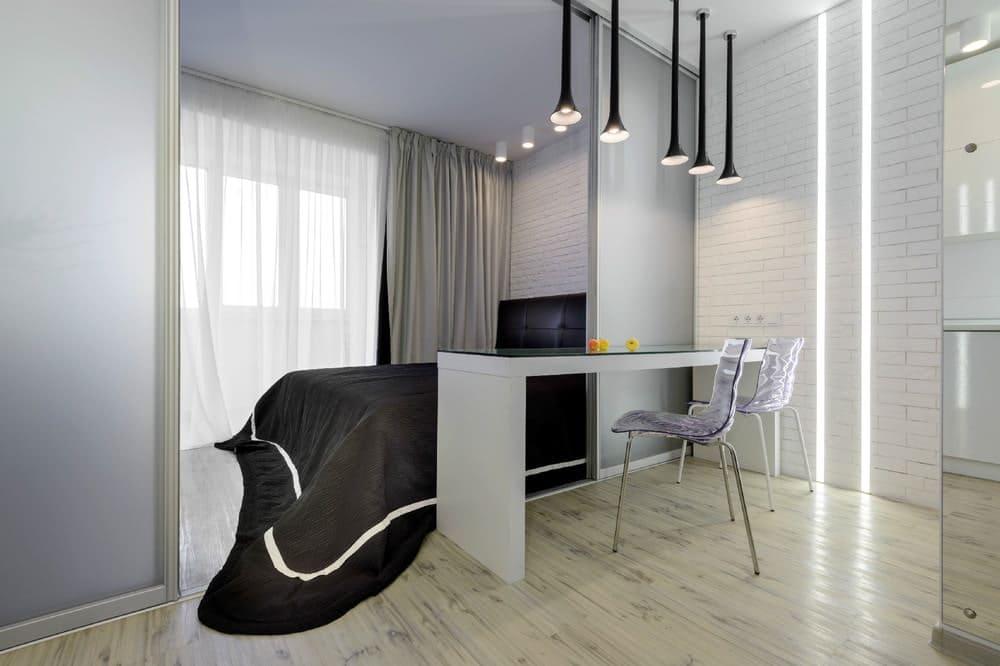 большая кровать в кухне-спальне