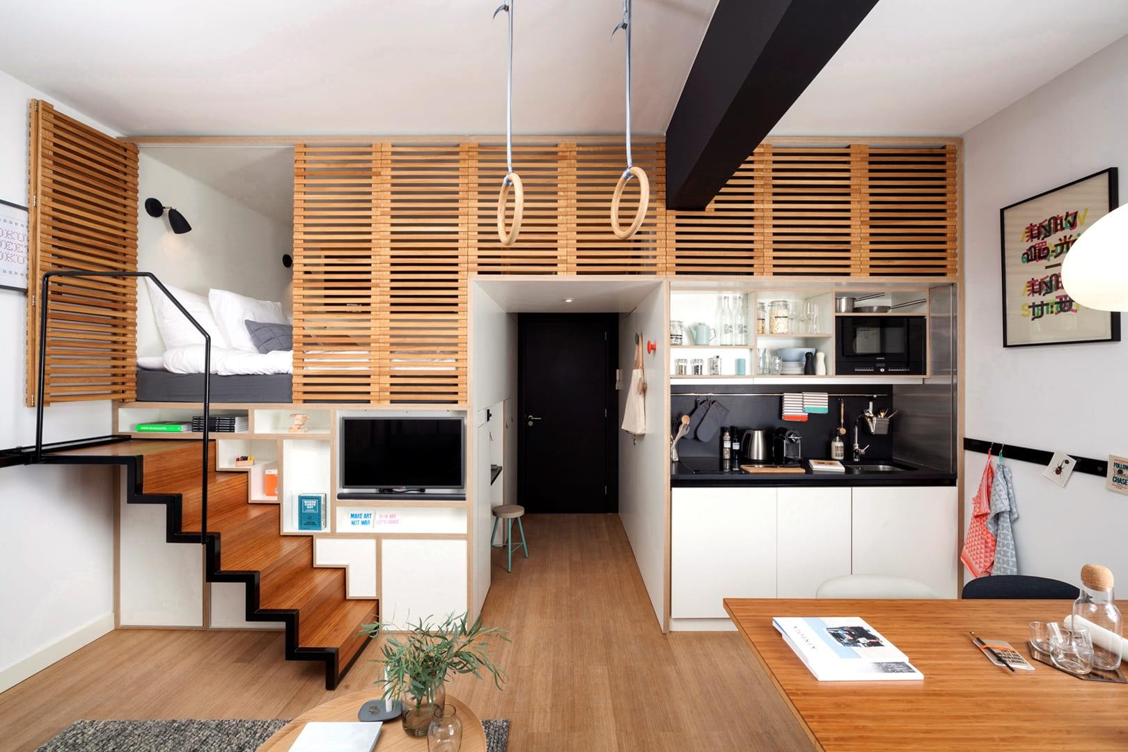 кровать на втором ярусе в кухне-спальне