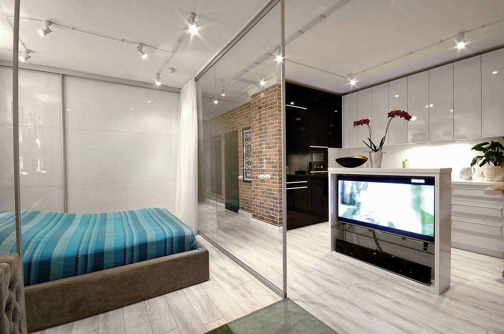 стеклянная перегородка в кухне-спальне
