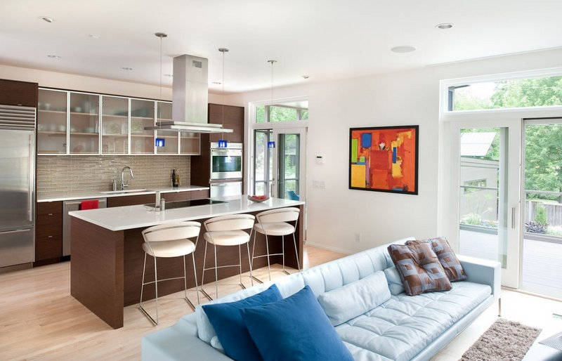 кухня-гостиная со светлой мебелью