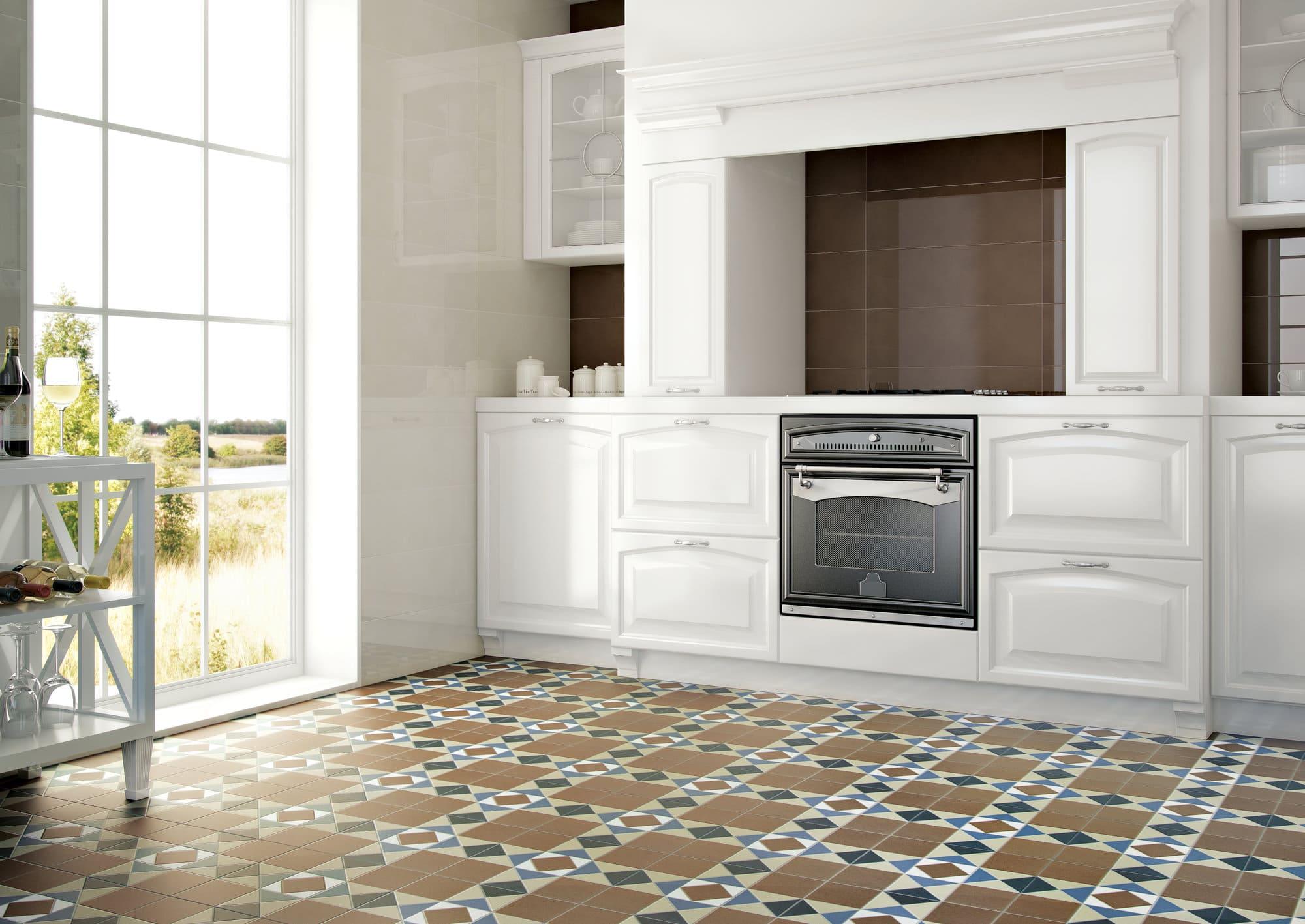 яркая плитка на кухонном полу