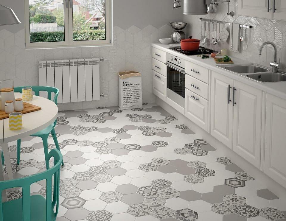 шестиугольная плитка на полу в кухне