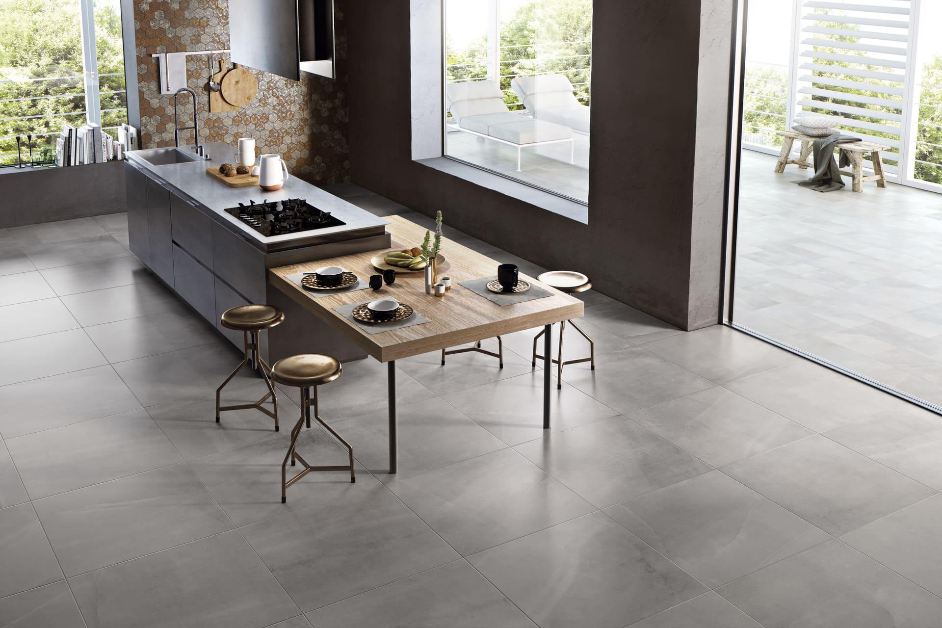 серый керамогранит на полу в кухне