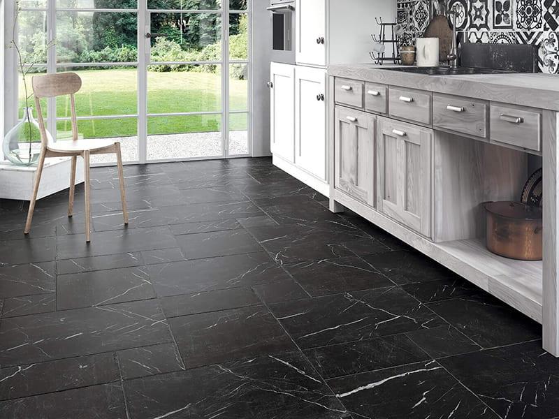 темный керамогранит на полу в кухне