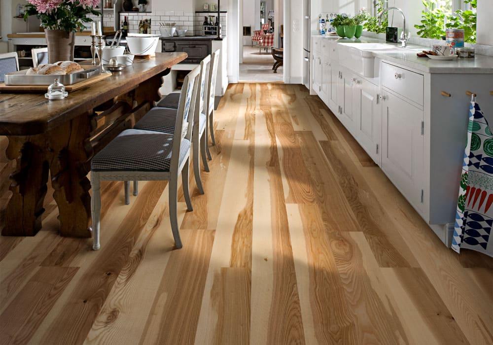 текстурированный деревянный пол на кухне