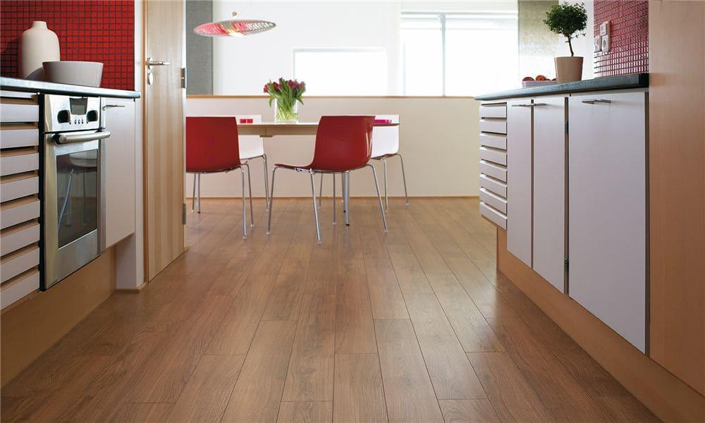 ламинат на полу в кухне