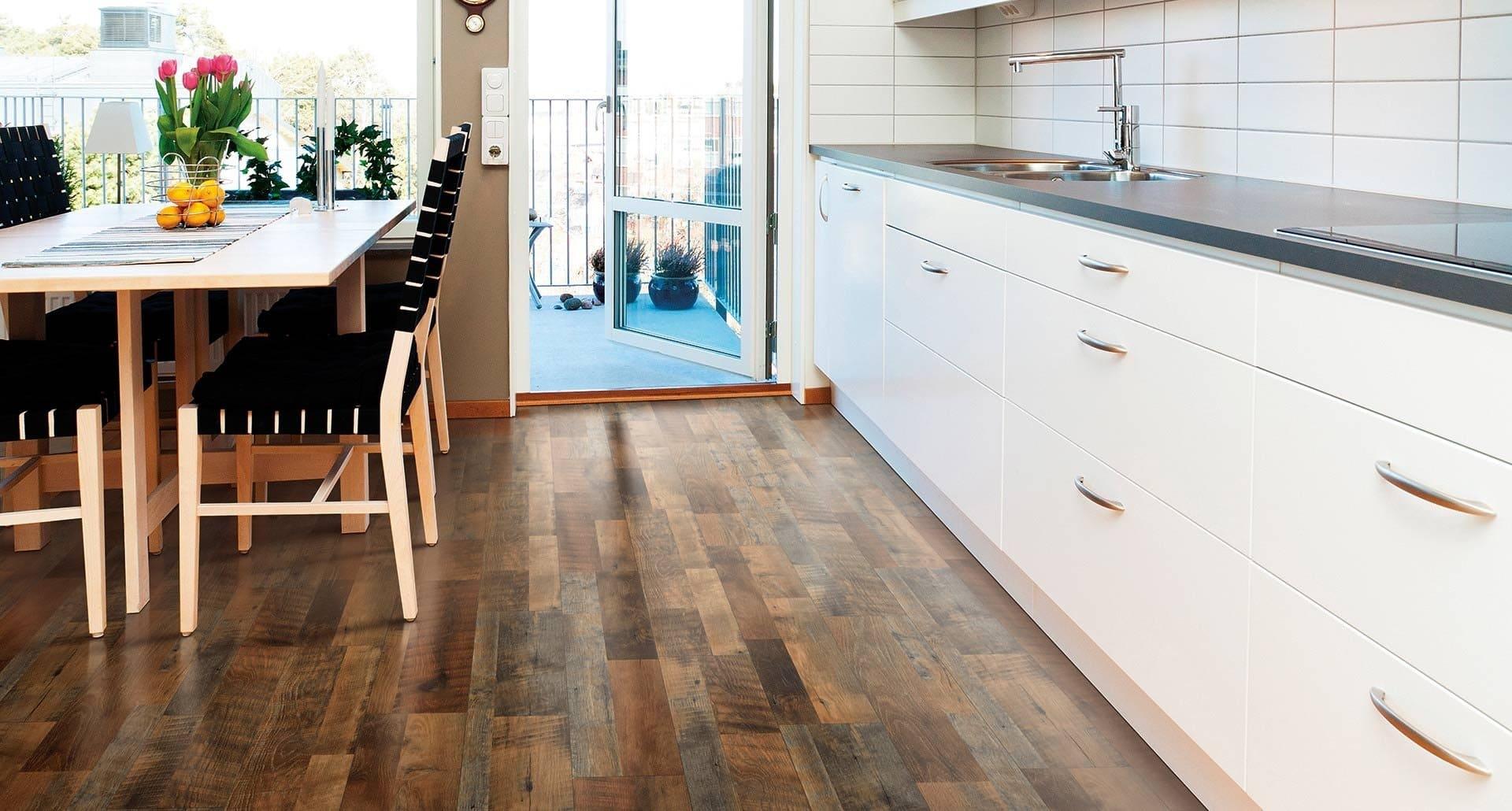 темный ламинат на кухонном полу