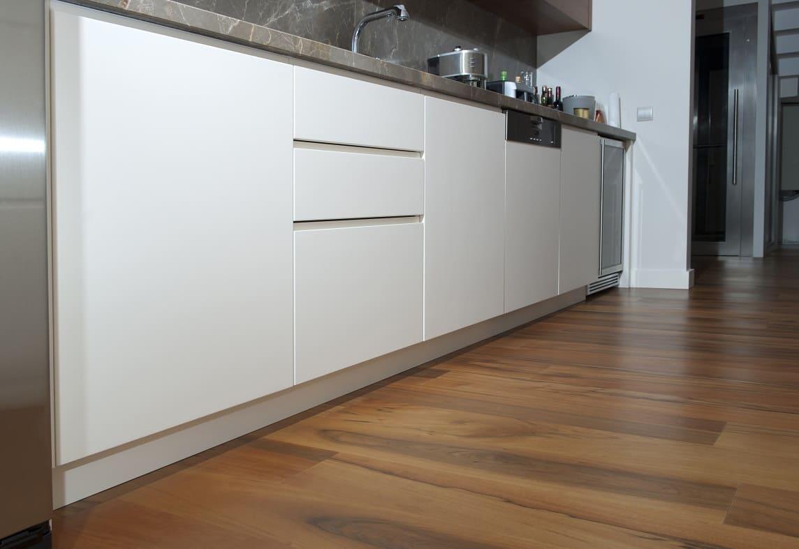 качественный ламинат на кухонном полу