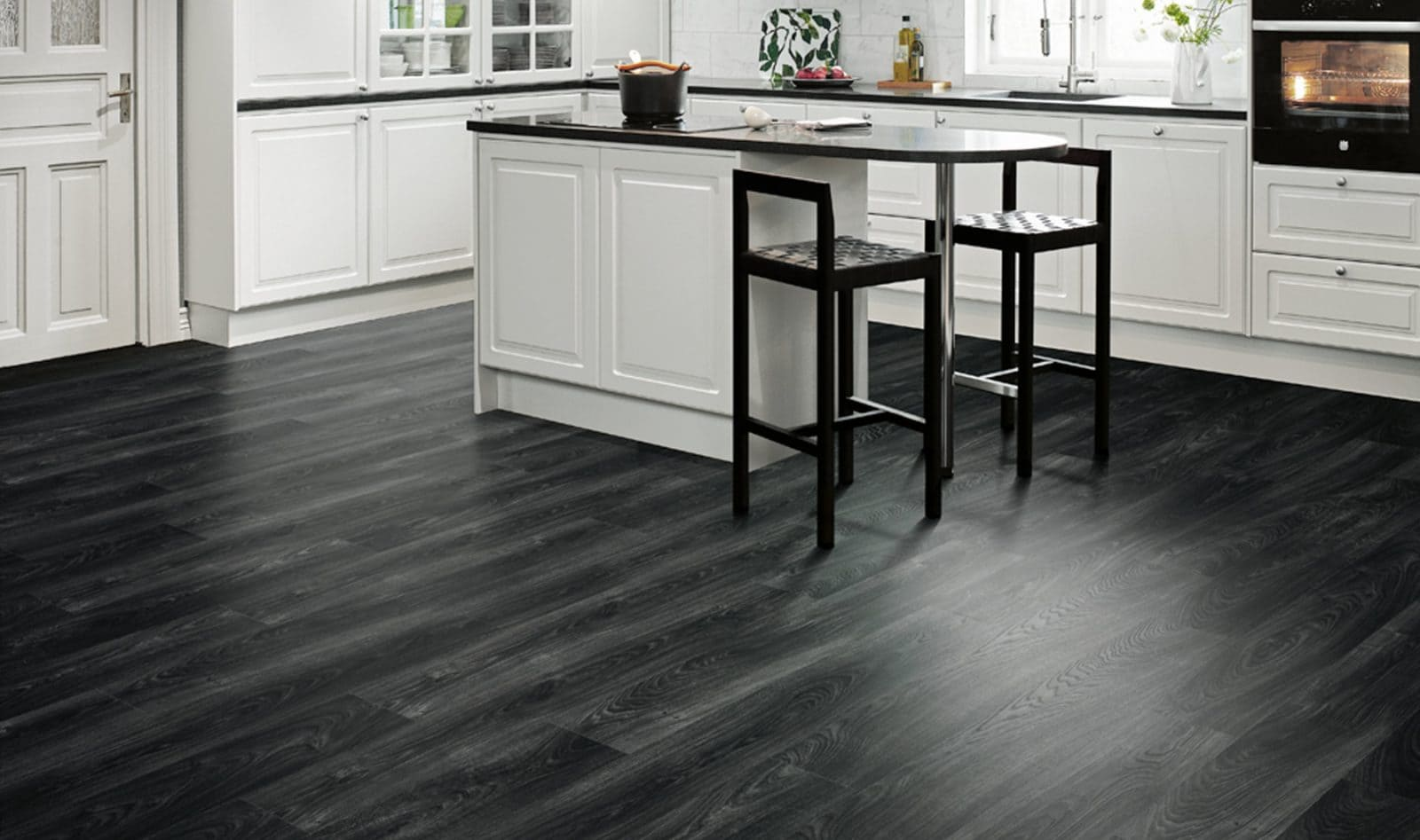 темный ламинат на полу в кухне