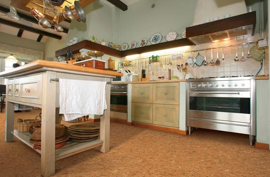 пробковый пол в зоне кухни