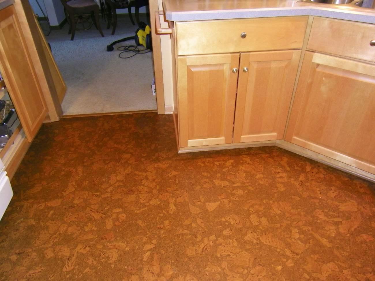 натуральный пробковый пол на кухне