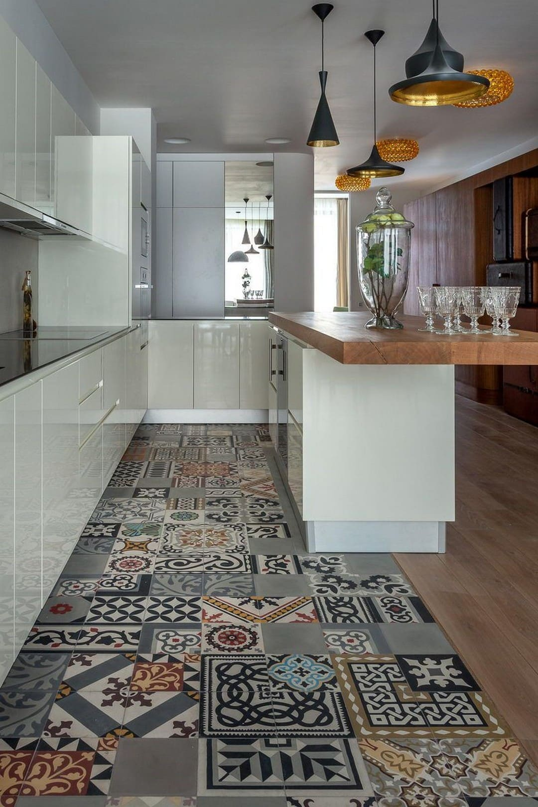 яркая плитка на полу в кухне