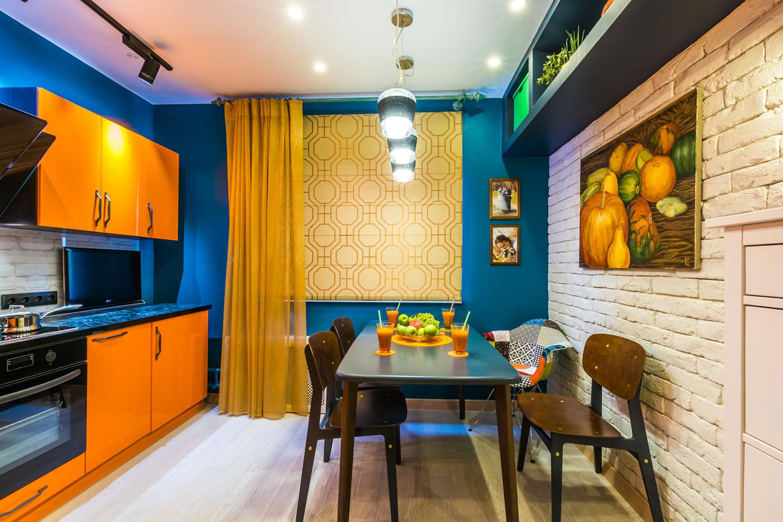 яркие стены после покраски кухни 12 метров