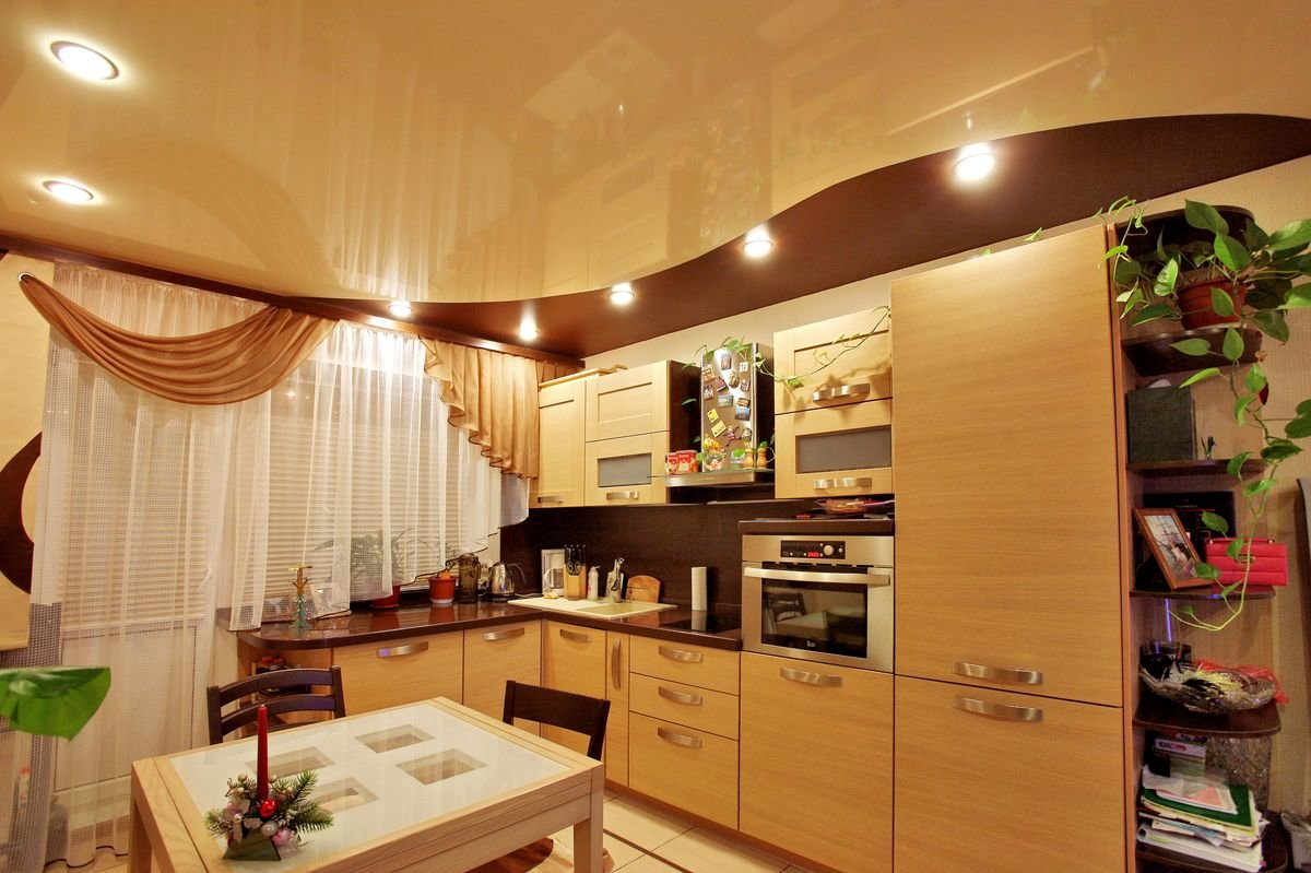 глянцевый натяжной потолок на 12-метровой кухне