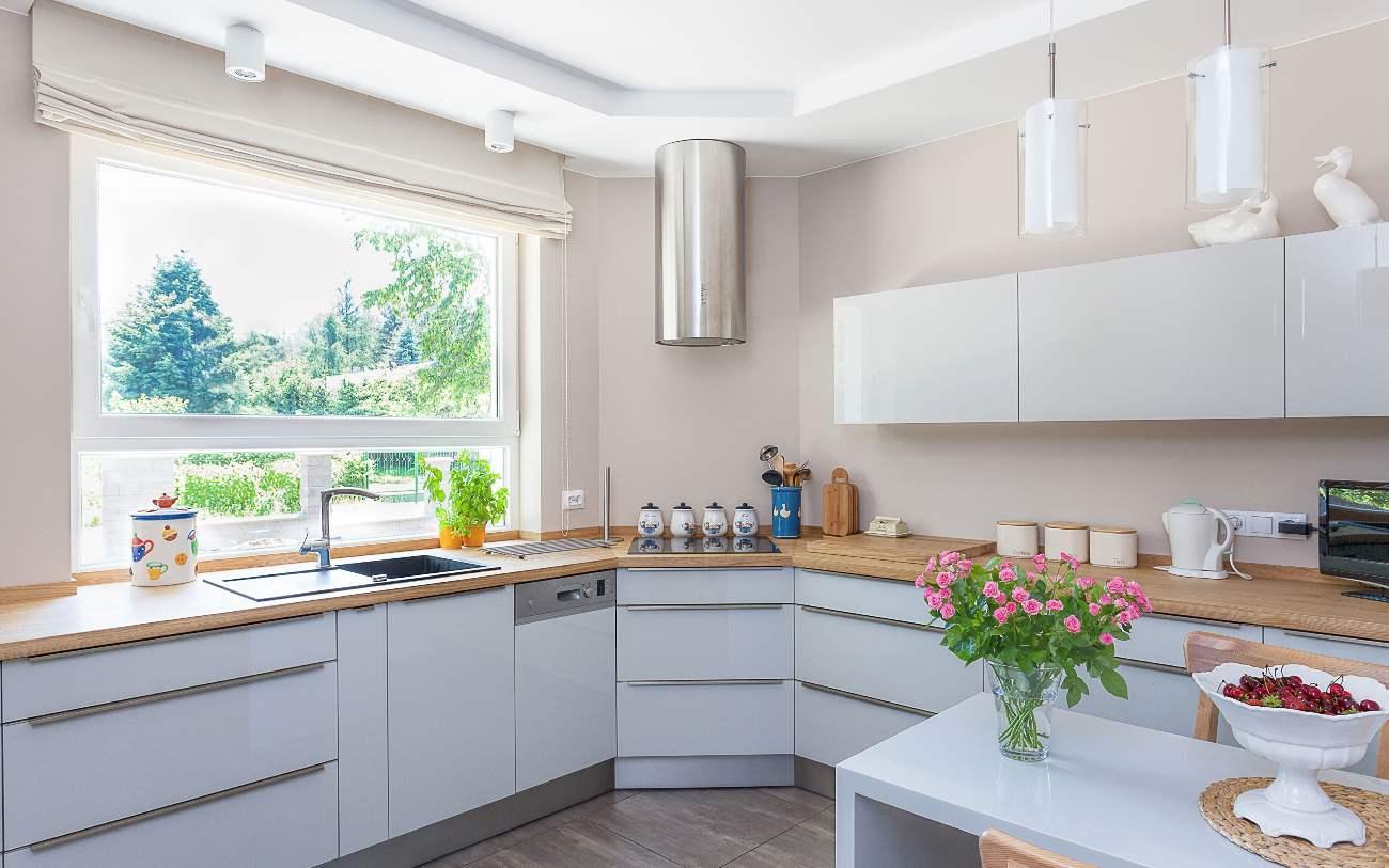 белая кухня-гостиная 25 метров