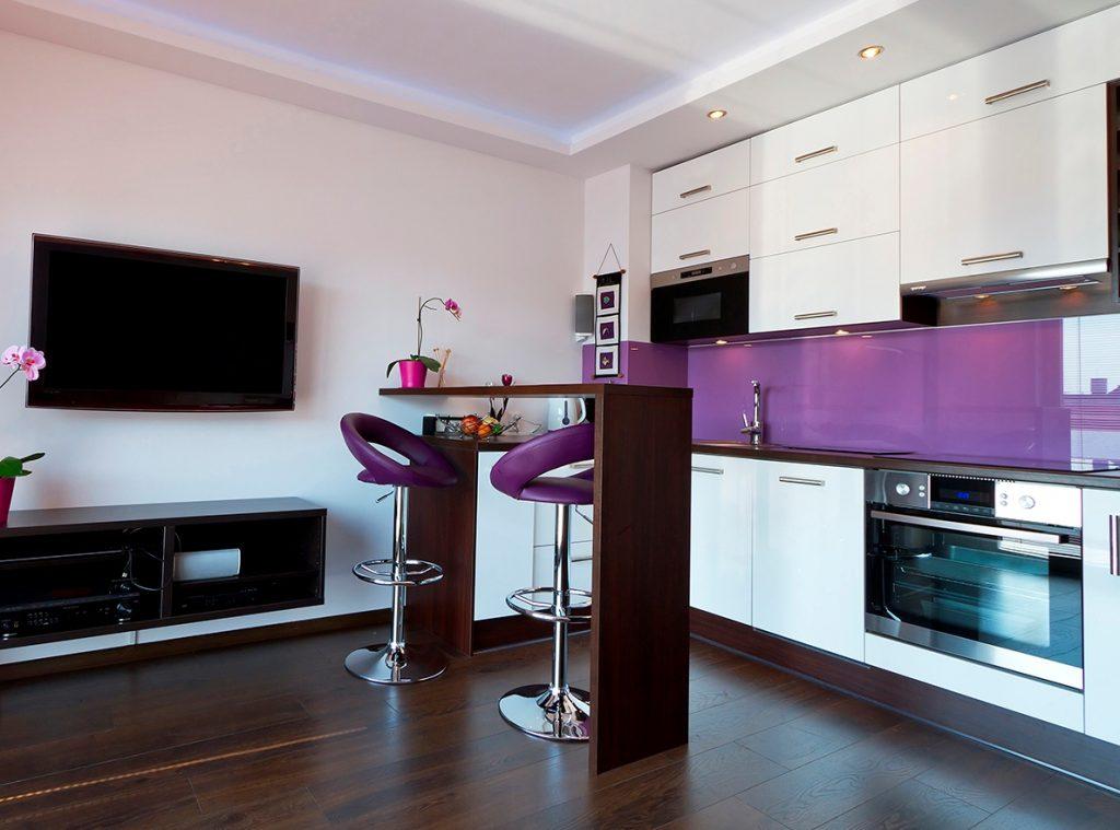 зонирование прямоугольной кухни-гостиной барной стойкой