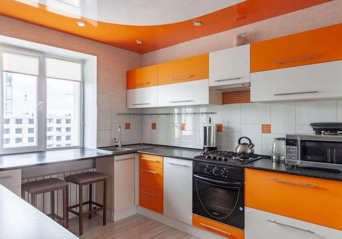 бело-оранжевые фасады кухни